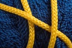Κίτρινο σκοινί σε ένα μπλε νήμα Στοκ φωτογραφίες με δικαίωμα ελεύθερης χρήσης
