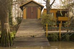 Κίτρινο σπίτι και κίτρινη βάρκα στο δασικό Tigre του δέλτα Μπουένος Άιρες Αργεντινή Λατινική Αμερική Νότια Αμερική συμπαθητική Στοκ Εικόνα