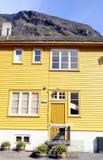 Κίτρινο σπίτι με τη μπροστινή πόρτα πράσινων εγκαταστάσεων @ Στοκ φωτογραφία με δικαίωμα ελεύθερης χρήσης