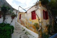 Κίτρινο σπίτι με τις εγκαταστάσεις σε Anafiotika, Αθήνα Στοκ εικόνες με δικαίωμα ελεύθερης χρήσης