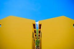 Κίτρινο σπίτι με το μπλε ουρανό στην Ταϊλάνδη Στοκ Εικόνα