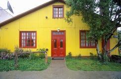 Κίτρινο σπίτι στα αγροτικά βουνά των Άνδεων, εθνικό πάρκο Γης του Πυρός, Ushuaia, Αργεντινή Στοκ εικόνες με δικαίωμα ελεύθερης χρήσης