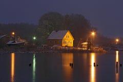 Κίτρινο σπίτι στην παγωμένη λίμνη τη νύχτα Στοκ φωτογραφία με δικαίωμα ελεύθερης χρήσης
