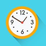 Κίτρινο στρογγυλό ρολόι στο μπλε υπόβαθρο Επίπεδο διανυσματικό εικονίδιο με τη μακριά σκιά ελεύθερη απεικόνιση δικαιώματος