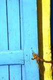 κίτρινο σχοινί στην Αφρική το παλαιό ξύλινο σπίτι προσόψεων και το ασφαλές padloc Στοκ Φωτογραφίες