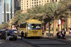 Κίτρινο σχολικό λεωφορείο στο Ντουμπάι Στοκ εικόνες με δικαίωμα ελεύθερης χρήσης