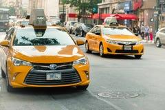 Κίτρινο ταξί στην οδό του Μανχάταν Τα κίτρινα αμάξια είναι ένα εικονίδιο της πόλης της Νέας Υόρκης Στοκ Εικόνες