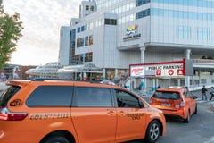 Κίτρινο ταξί του Βανκούβερ αμαξιών που πλησιάζει τη θέση του Καναδά στοκ εικόνα με δικαίωμα ελεύθερης χρήσης