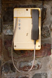 Κίτρινο τηλέφωνο με τρεις αριθμούς στην ακτοφυλακή κλήσης στοκ φωτογραφία