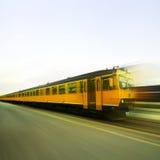 Κίτρινο τραίνο στην πλήρη ταχύτητα Στοκ εικόνα με δικαίωμα ελεύθερης χρήσης