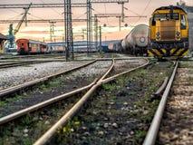 Κίτρινο τραίνο στη σύνθεση Στοκ Φωτογραφίες