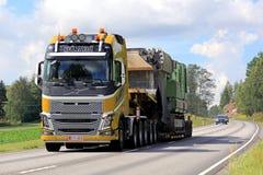 Κίτρινο υπεργέθες φορτίο έλξεων της VOLVO FH16 ημι στοκ εικόνες