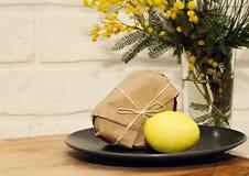 Κίτρινο υπόβαθρο αυγών mimosa Πάσχας Στοκ Εικόνες