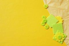 Κίτρινο υπόβαθρο με το τσαλακωμένο έγγραφο, τα πράσινα κουμπιά και τα τετράγωνα Στοκ εικόνες με δικαίωμα ελεύθερης χρήσης