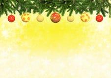 Κίτρινο υπόβαθρο χρώματος με τις διακοσμημένες σφαίρες χριστουγεννιάτικων δέντρων Στοκ φωτογραφία με δικαίωμα ελεύθερης χρήσης