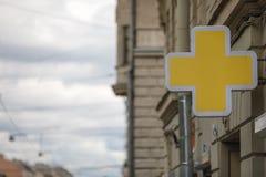 Κίτρινο φαρμακείο συμβόλων χημείας διαγώνιο στοκ φωτογραφίες με δικαίωμα ελεύθερης χρήσης