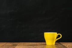 Κίτρινο φλυτζάνι καφέ που γεμίζουν με το καυτό espresso Στοκ φωτογραφίες με δικαίωμα ελεύθερης χρήσης