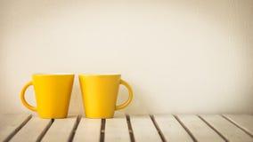 Κίτρινο φλυτζάνι καφέ στον πίνακα Στοκ φωτογραφία με δικαίωμα ελεύθερης χρήσης