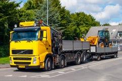 Κίτρινο φορτηγό που τραβά ένα κίτρινο Loadall στοκ εικόνες