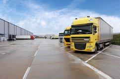 Κίτρινο φορτηγό στην αποθήκη εμπορευμάτων στοκ εικόνες