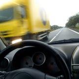 Κίτρινο φορτηγό στη βροχή Στοκ εικόνες με δικαίωμα ελεύθερης χρήσης
