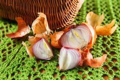 Κίτρινο φυτικό κρεμμύδι που κόβεται στο μισό Στοκ Φωτογραφία