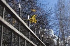 Κίτρινο φύλλο επάνω από το φράκτη μετάλλων στοκ φωτογραφία
