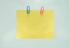 κίτρινο φύλλο του εγγράφου για τις σημειώσεις και paperclip Στοκ Εικόνες