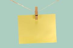 κίτρινο φύλλο του εγγράφου για τις σημειώσεις και paperclip Στοκ φωτογραφία με δικαίωμα ελεύθερης χρήσης