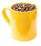 Κίτρινο φλυτζάνι καφέ με τα φασόλια καφέ Στοκ Φωτογραφίες
