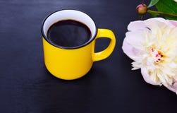 Κίτρινο φλυτζάνι με το μαύρο καφέ Στοκ Εικόνα