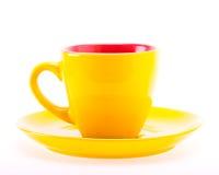 Κίτρινο φλυτζάνι χρώματος στο πιάτο Στοκ εικόνες με δικαίωμα ελεύθερης χρήσης