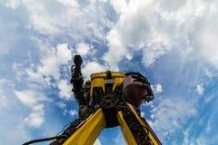 Κίτρινο χειροποίητο ρομπότ με το μπλε ουρανό Στοκ φωτογραφίες με δικαίωμα ελεύθερης χρήσης