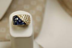 Κίτρινο χρυσό δαχτυλίδι στην επίδειξη Στοκ Φωτογραφίες