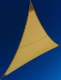 Κίτρινο ύφασμα σκιάς ενάντια στο μπλε ουρανό Στοκ εικόνες με δικαίωμα ελεύθερης χρήσης