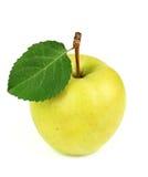 Κίτρινο ώριμο μήλο με ένα φύλλο Στοκ φωτογραφία με δικαίωμα ελεύθερης χρήσης