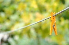 Κίτρινο clothespin στο σχοινί Στοκ φωτογραφία με δικαίωμα ελεύθερης χρήσης