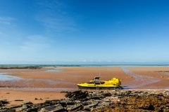 κίτρινο hovercraft σε μια όμορφη παραλία στη σκούπα, δυτική Αυστραλία στοκ φωτογραφία