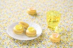 Κίτρινο Macarons σε ένα άσπρο πιάτο στοκ φωτογραφία με δικαίωμα ελεύθερης χρήσης