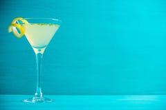 Κίτρινο martini κοκτέιλ με το λεμόνι και τη μέντα Στοκ Φωτογραφία