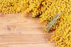 Κίτρινο mimosa στους ξύλινους πίνακες Στοκ φωτογραφία με δικαίωμα ελεύθερης χρήσης