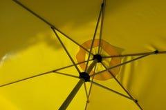 Κίτρινο parasol από το εσωτερικό Στοκ φωτογραφία με δικαίωμα ελεύθερης χρήσης