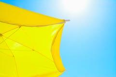 Κίτρινο parasol κάτω από έναν λάμποντας ήλιο Στοκ φωτογραφία με δικαίωμα ελεύθερης χρήσης