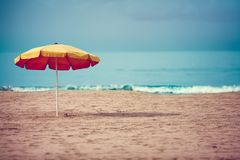 Κίτρινο parasol στην παραλία Στοκ φωτογραφία με δικαίωμα ελεύθερης χρήσης