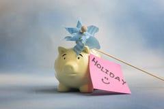 Κίτρινο piggy κιβώτιο χρημάτων τραπεζών με τις διακοπές Στοκ φωτογραφία με δικαίωμα ελεύθερης χρήσης
