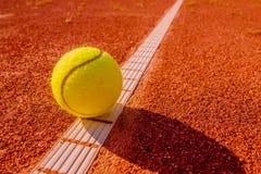 Κίτρινο tennisball στη γραμμή Στοκ Εικόνες