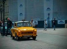 Κίτρινο Trabant ταξί στις οδούς της Βουδαπέστης στοκ φωτογραφία