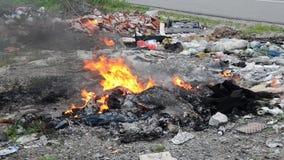 Καίγοντας άγρια απόρριψη απορριμάτων Πλαστικές τσάντες, μπουκάλια, απορρίμματα και σκουπίδια κοντά στον ποταμό Βαριά μολυσμένη όχ φιλμ μικρού μήκους