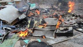 Καίγοντας άγρια απόρριψη απορριμάτων Πλαστικές τσάντες, μπουκάλια, απορρίμματα και σκουπίδια κοντά στον ποταμό Βαριά μολυσμένη όχ απόθεμα βίντεο