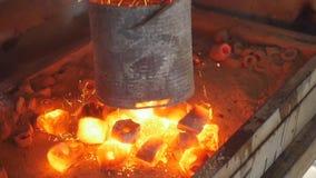 Καίγοντας άνθρακας στην εστία για το hookah φιλμ μικρού μήκους